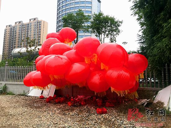 男子七夕拉80条气球横幅求婚