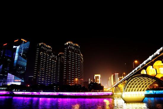 自今年5月起,长沙实施湘江两岸夜景亮化提质建设,7月1日正式亮灯。橘子洲大桥夜景静谧唯美。摄影:新浪湖南曾永红