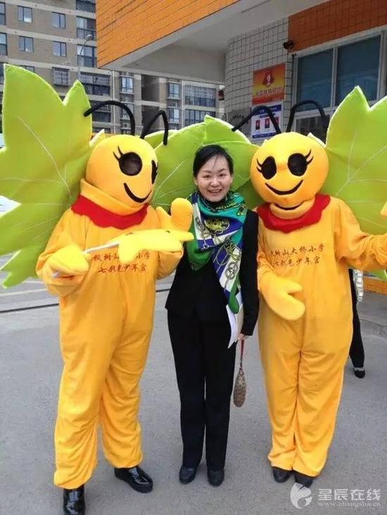 """邹硕和她自己设计的学校吉祥物""""枫叶蝶"""""""