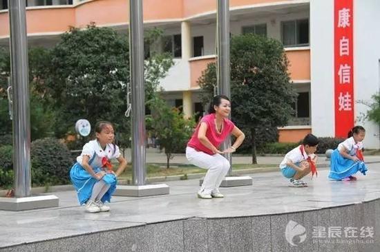 每天带着孩子们做各种自编操
