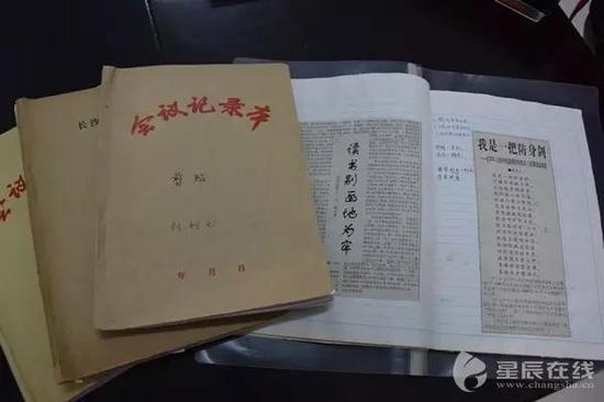 刘利元这些泛黄的厚厚的报纸剪贴、手抄本、读书笔记本就是她故事的来源之一。