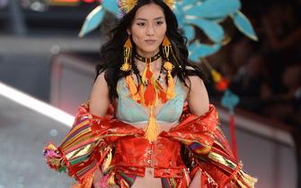 湖南妹子登国际舞台秀内衣