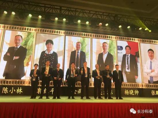 杨晓帅校长(左四)领取2016年度卓越教育风云人物奖杯。
