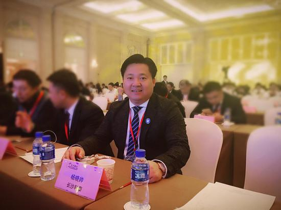 2016年北大青鸟总部年会上的杨晓帅校长。