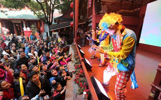 魔术表演吸引市民参与。