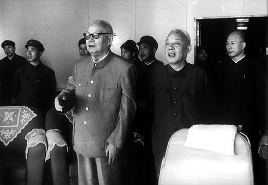 """1978年苏振华陪同叶剑英元帅视察科学考察船""""远望号""""。"""