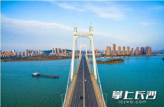 ▲晴好天气中,能见度较高,天气三汊矶大桥附近的湘江江面尽显清新。 长沙晚报记者 邹麟 摄