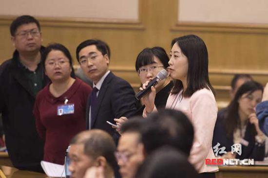 凤凰卫视记者雷宇获得了第一个提问机会。