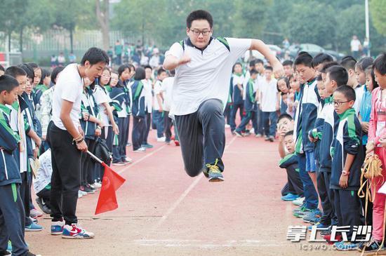 优质民办学校兴起,进一步丰富了教育供给。图为青竹湖湘一外国语学校学生在进行体育运动会。  长沙晚报通?#23545;?周发荣摄