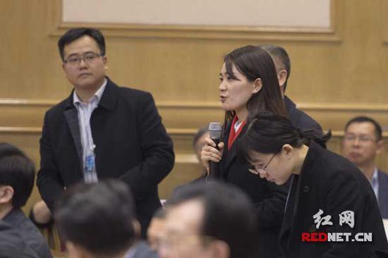 中央电视台记者李艳君提问,她对获得的答案用了四个字评价——挺有干货。