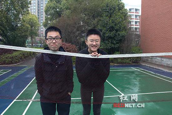 谭宋雅琪[右]和唐斯晨[左]是长郡中学美国AP课程中心的学生。
