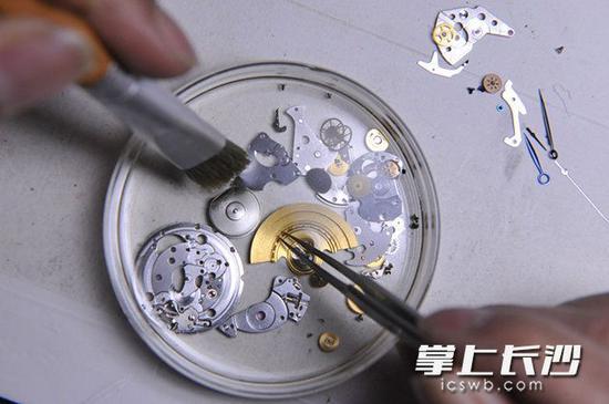 方寸修表桌,人生大舞台。四十多年前,龚道国用人生第一块手表换来的修表工具,大多数至今仍在正常使用。 长沙晚报记者 小刘军 摄
