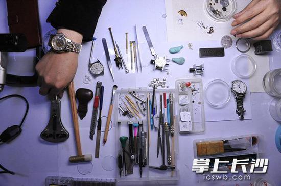 一只小小的手表,零件动辄几百,高档的多功能自动表甚至由上千零件组成,修表的精细程度可见一斑。 长沙晚报记者 小刘军 摄