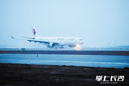 前不久,黄花机场第二跑道正式投入使用,  长沙进入双跑道时代。长沙晚报记者 王志伟 摄