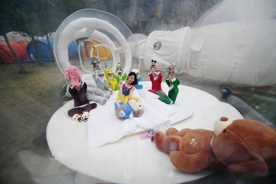 孩子们与工作人员装扮成白雪公主与七个小矮人在泡泡屋内玩起了玩偶