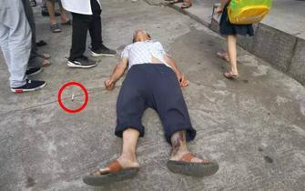 男子突然晕倒街头 身旁散落可疑针头
