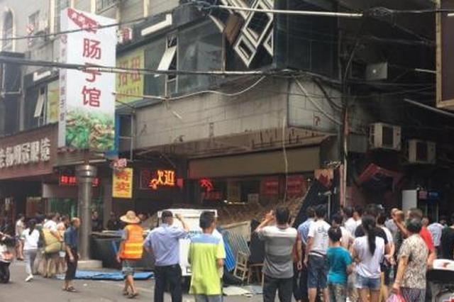 衡阳市一广告牌掉落 2名路过行人被砸伤