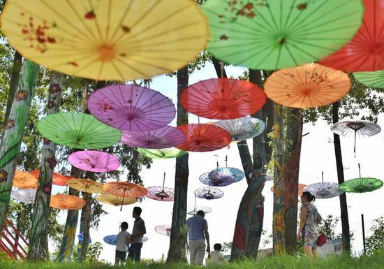 伞点缀在彩绘的魔幻森林-长沙 首届 油纸伞文化旅游节开幕