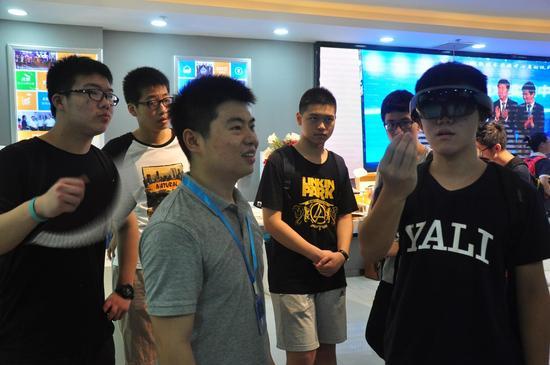 体验微软HoloLens眼镜。