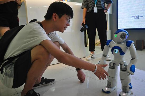 与NAO机器人互动。