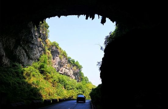 湖南现溶洞公路 车辆在钟乳石下穿梭