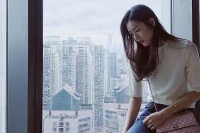"""刘雯窗边拍照秀""""2米""""长腿 感叹时间不停留"""