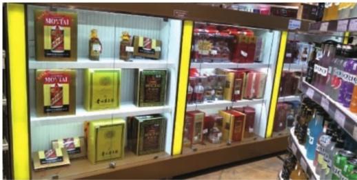 数月以来持续涨价的飞天茅台酒终于开始降价,但在长沙一些商超内仍存在缺货和搭售现象。 记者 胡锐 摄