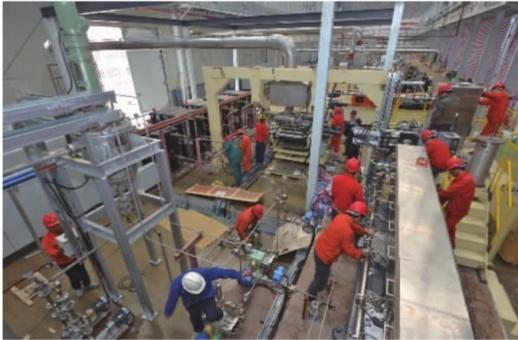 辰溪工业集中区润沅新材料厂房内,施工人员在安装锂电池隔膜设备。该厂房二条生产线全面投产后,可年产锂离子电池隔膜8000万平方米。记者 李健 摄