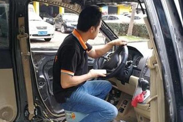 长沙奇葩驾驶员坐小板凳开车逆行 交警蜀黍一脸懵