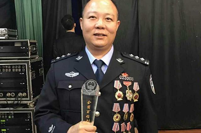 """9月22日晚,王德胜与其他候选人一起在北京参加了全国""""百佳刑警""""揭晓仪式。"""