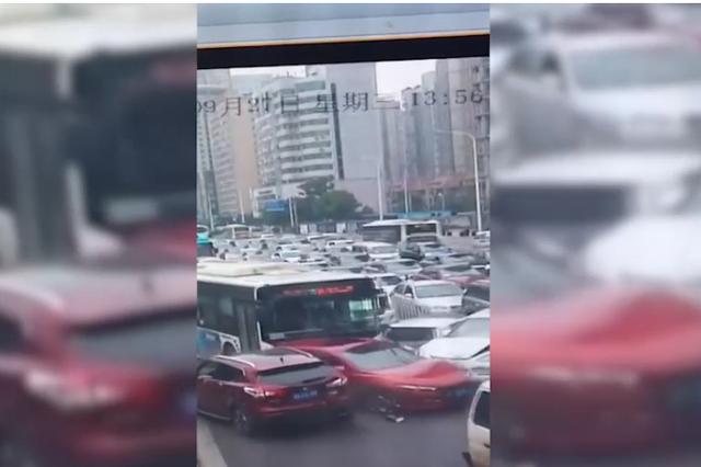 长沙银盆岭大桥8车追尾 疑因司机错踩了油门