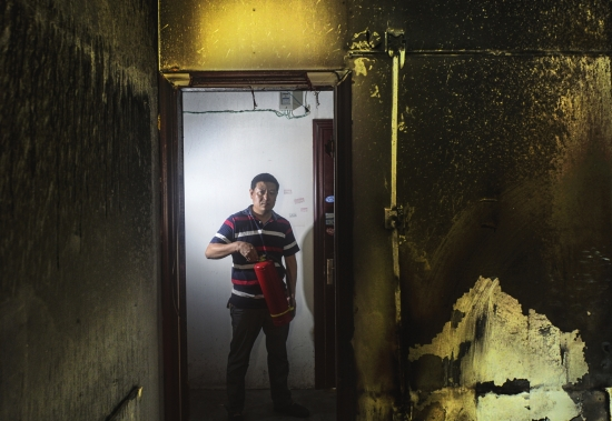 10月10日,长沙星沙楚天世纪城1栋,退伍消防员刘杰正在介绍自己发现火情并将火扑灭的经过。 图/记者辜鹏博