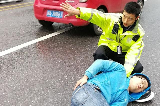 """男子遇事故受伤 长沙交警以帽当""""枕""""救助伤者"""
