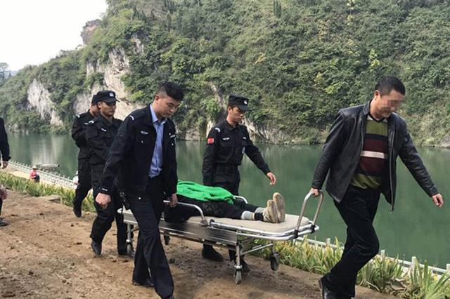 湖南耄耋老人公园散步不慎摔倒  民警与路人及时施援