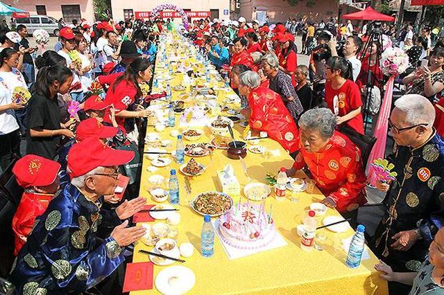 村里设百家宴为老人集体过重阳节 每人再送四斤糖
