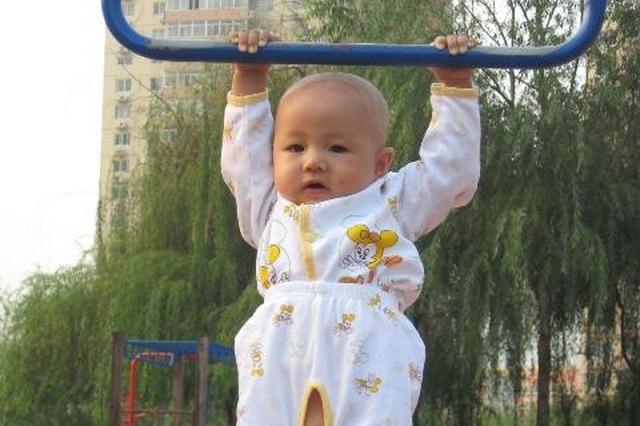 宝宝不足周岁 吊单杠竟能撑51秒