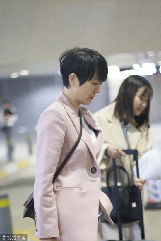 辣妈杨乐乐现身机场 素颜短发略显憔悴