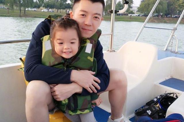 王栎鑫和女儿划船显温馨 小公主颜值爆表