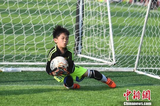 湖南幼儿足球趣味运动会 萌娃秀球技