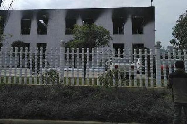 长沙县一仓库发生大火 现场浓烟滚滚