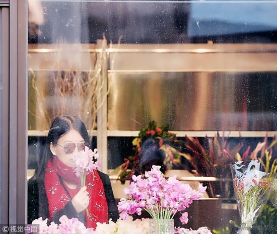 李湘逛街名牌加身贵妇范十足 瘦身有成脸超小