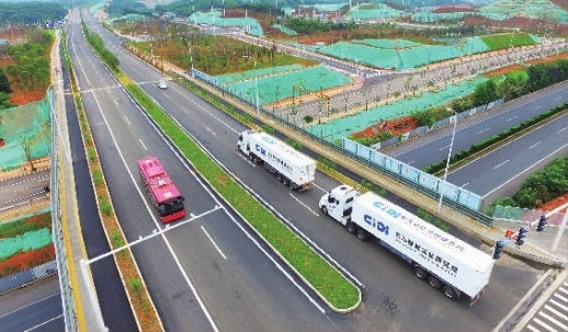 6月12日,湖南湘江新区智能系统测试区,自动驾驶公交客车和重型卡车在各自的道路上进行测试演练。 记者田超 王晗 摄