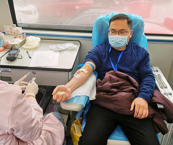 安仁县人民医院党委书记张扬会正在献血