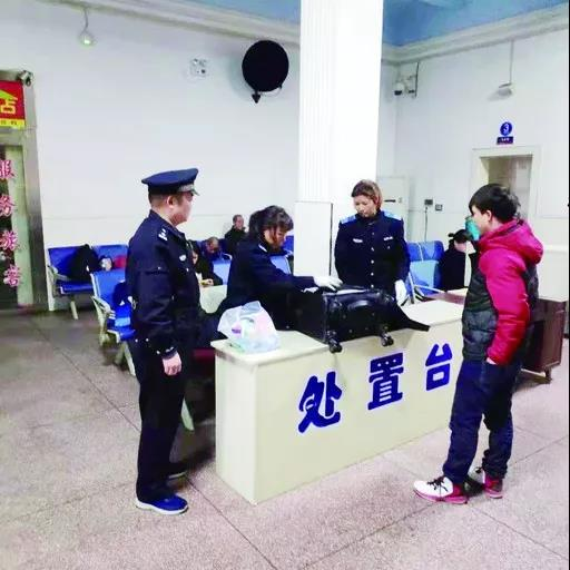 """▲铁路公安和车站工作人员正在对进京旅客进行""""二次安检"""""""
