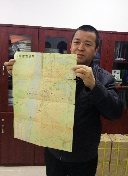 10月23日,蒋连军向记者展示他收藏的改革开放初期的长沙城区地图。新华社记者段羡菊摄