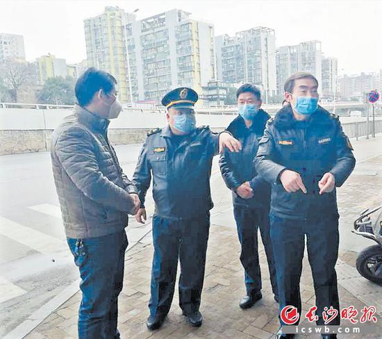 在湘江新区综合交通枢纽,鲁力(左二)和同事们奋斗在春运和疫情防控一线。市交通运输综合行政执法局供图