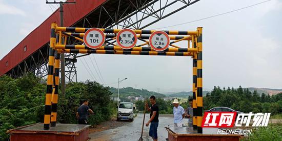 衡东县在荣桓镇原清泉村1组出入口设置限高限宽设施。