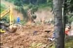 湖南新化滑坡致民房内两老人被埋 众人手刨救人