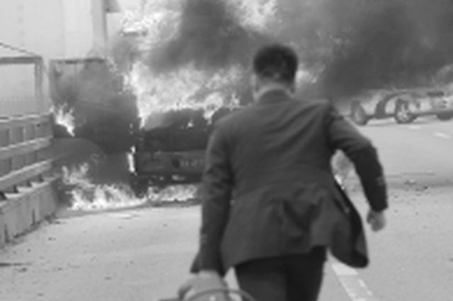长沙一辆货车起火 一消防宣教员拖着灭火器冲向火场