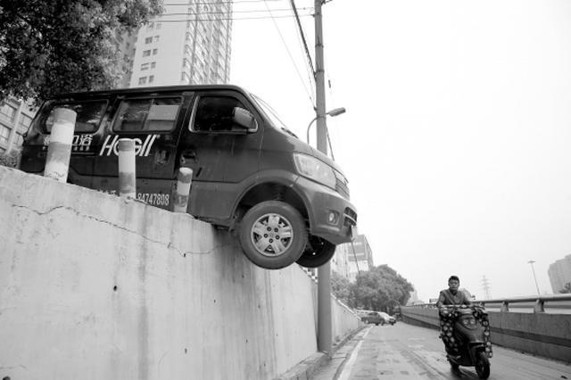 长沙桔园立交桥面包车车头悬空 司机淡定开门爬出